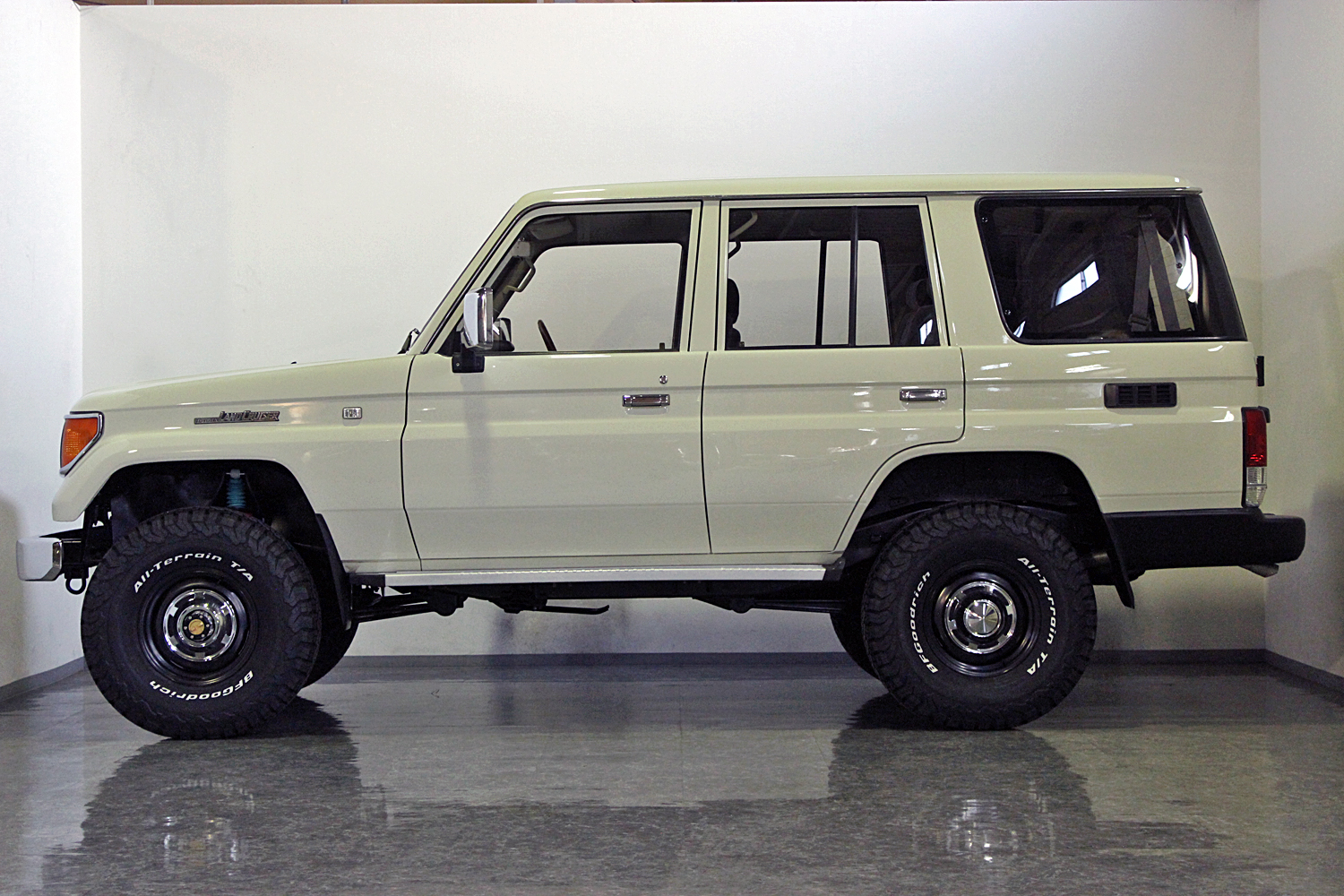 78prado-custom-old-english-white03