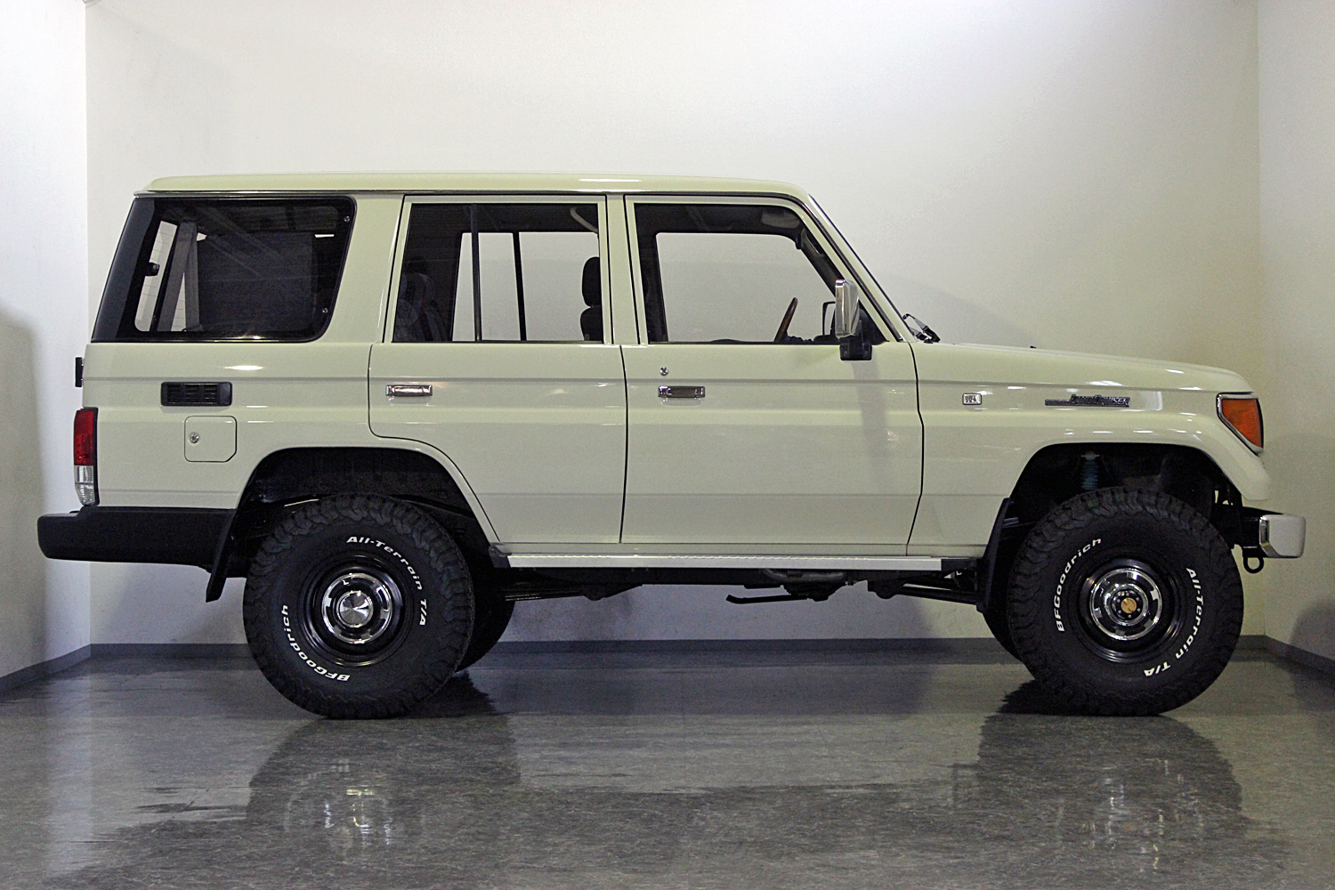 78prado-custom-old-english-white06
